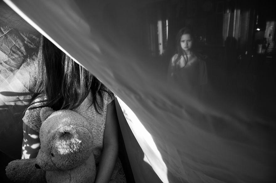 15 Foto pemenang fotografi anak tema hitam-putih ini keren ...