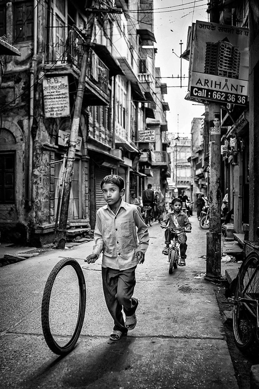 20 Foto pemenang fotografi anak tema hitam putih ini keren abis