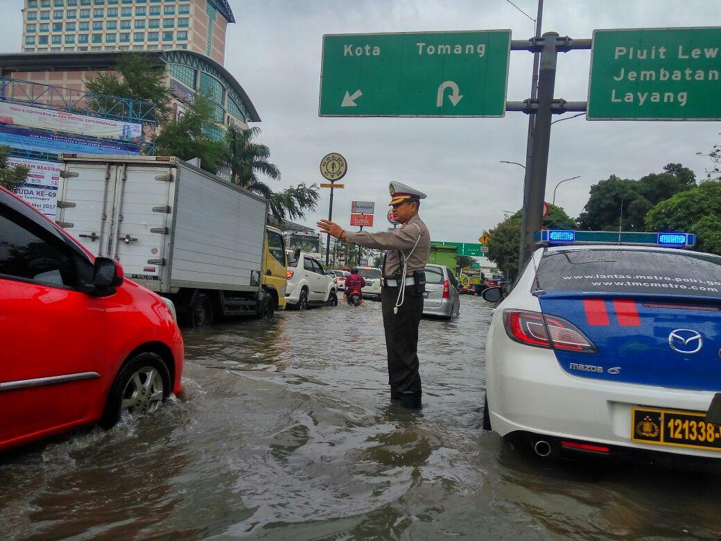 15 Foto tunjukkan situasi banjir Jakarta, kawasan Glodok lumpuh