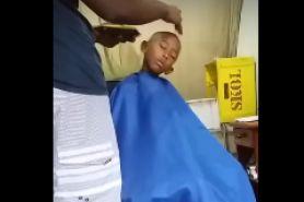 3 Video kocak orang ngantuk saat dicukur rambutnya, jadi pengen jitak