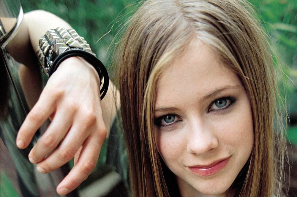 10 Foto bukti Avril Lavigne tak menua meski usia kepala 3, awet cantik