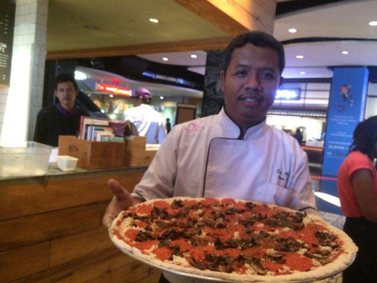 Restoran ini hadirkan menu pizza raksasa berdiameter 46 cm, wow