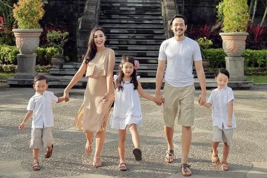 10 Potret bukti Oka Antara sosok suami dan papa idaman banget