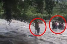 Gara-gara asyik selfie, 9 orang ini hampir terseret banjir