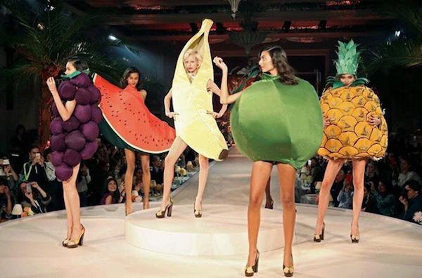 kostum nyeleneh selama Fashion Week 2017 © 2017 oddee.com