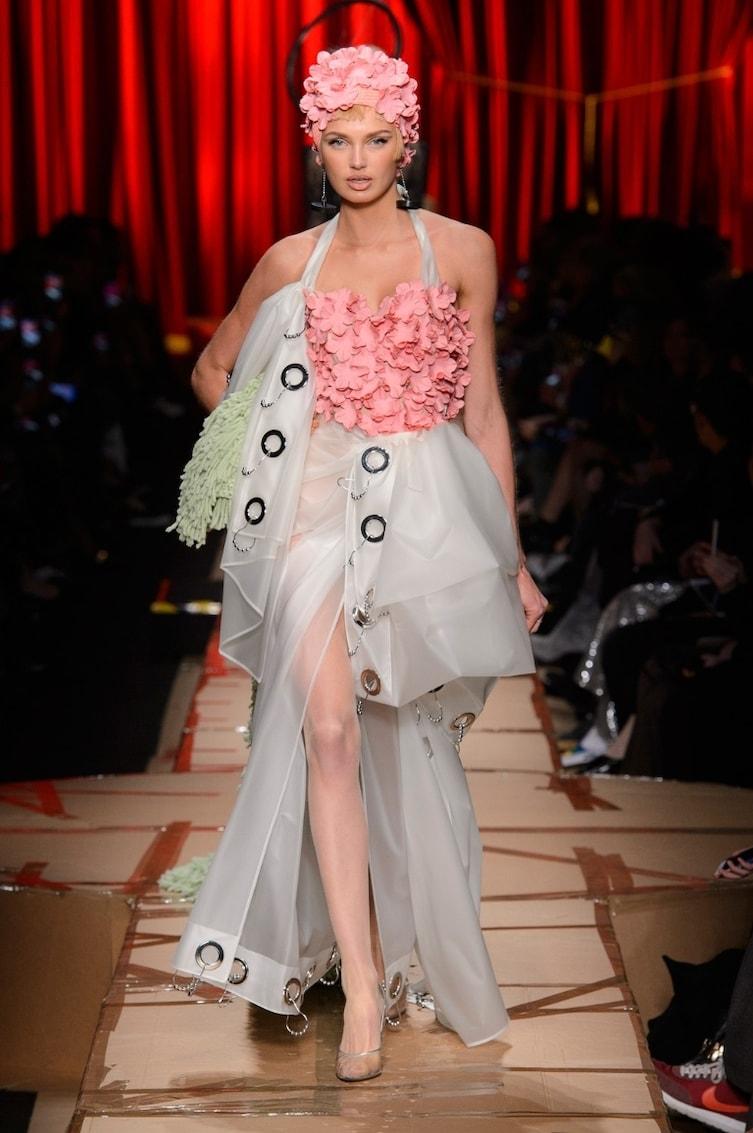 gaun unik Franco Moschino © 2017 diply.com