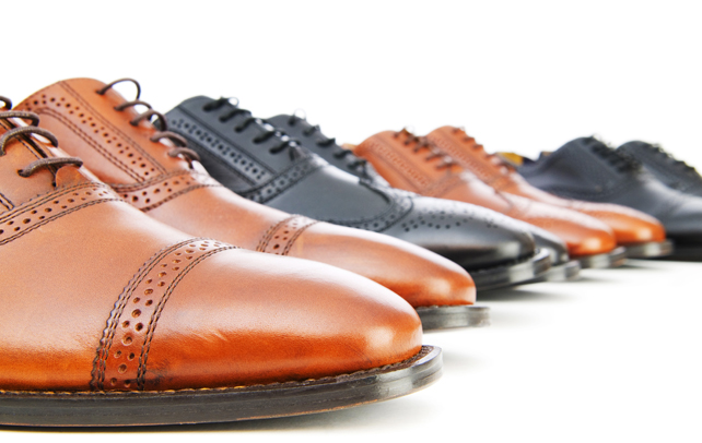 4 Inspirasi sepatu yang cocok dengan kemeja batik, tampil makin oke