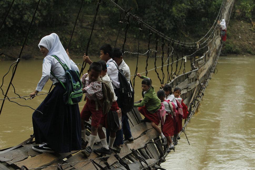 20 Foto perjuangan anak perempuan bersekolah, bikin takjub juga miris