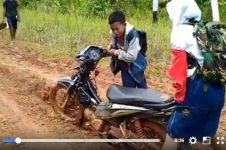 Perjuangan anak bangsa berangkat ke sekolah ini patut diacungi jempol