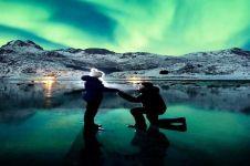 Di bawah cahaya Aurora pria ini lamar sang kekasih, romantis abis