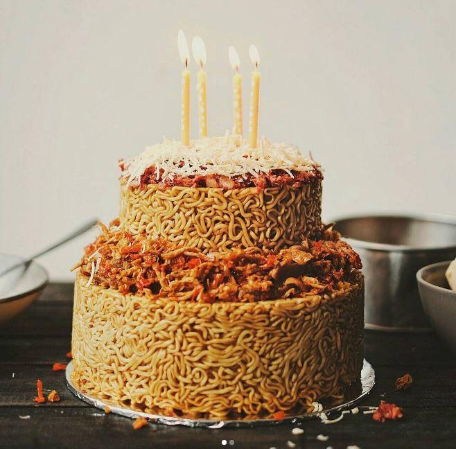 kue ulang tahun dari mi instan ini bikin laper © 2017 instagram