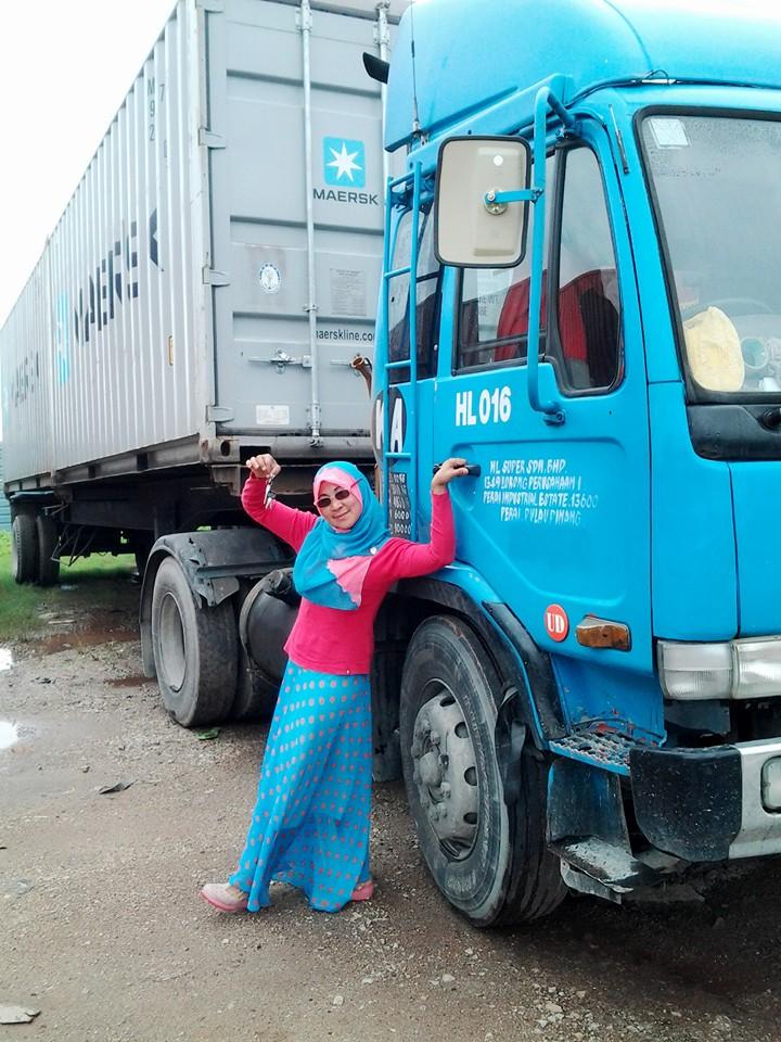 gadis berhijab ini berprofesi sebagai sopir truk kontainer © 2017 facebook/Rosalekka Salim