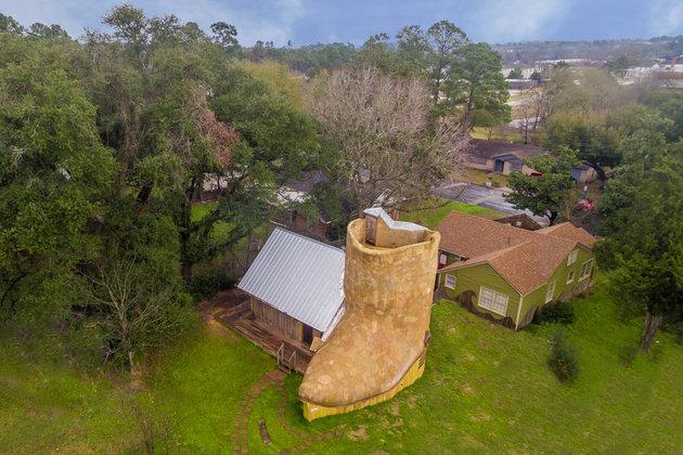 Rumah unik ini berbentuk sepatu koboi, isi dalamnya apa aja?