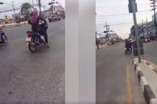 Aksi pengendara perempuan main gas & terobos lampu ini nggak banget