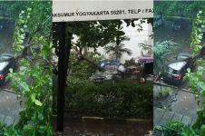Hujan deras disertai angin, sebuah mobil di kampus UGM tertimpa pohon