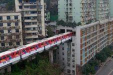 Inovasi di kala terdesak, jalur monorel ini menembus gedung apartemen