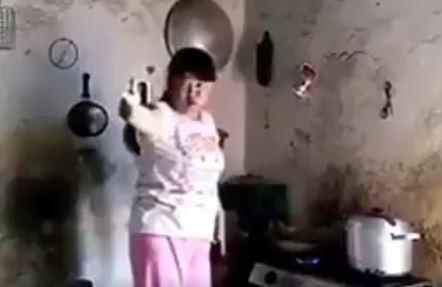 Video anak kerjai ibunya yang latah ini keterlaluan, awas durhaka!