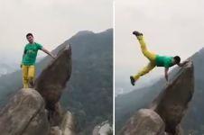 Pamer pose di pinggir tebing, aksi pria ini malah berujung bencana