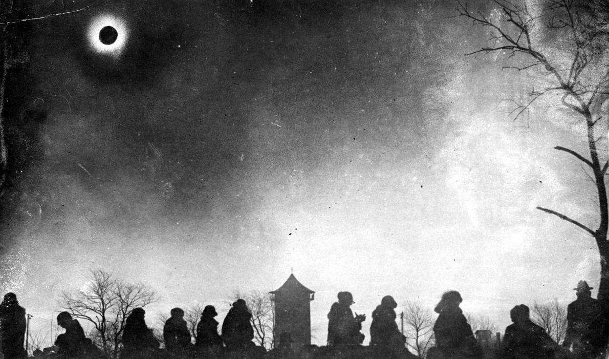 15 Foto suasana perburuan melihat gerhana matahari 100 tahun silam