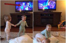 Balita kembar ini bisa tirukan adegan film Frozen, cerdas banget