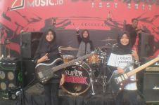 Band metal dengan personel 3 remaja berhijab ini aksinya bikin takjub