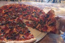 Gara-gara makan pizza yang terjatuh, tunawisma ini didenda Rp 3,3 juta