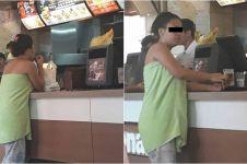 Hanya berbalut handuk, wanita ini pesan makanan di restoran cepat saji