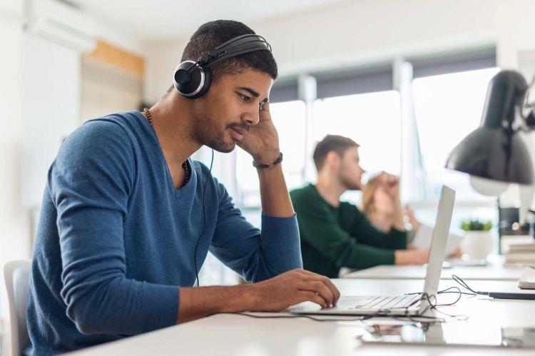 5 Manfaat kesehatan kerja sambil dengerin musik, ternyata penting lho