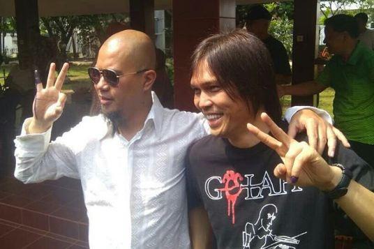 Ahmad Dhani dan Once foto bareng, netizen fokus ke jari tangannya