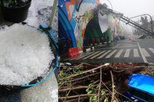 5 Potret kondisi Bandung diguyur hujan es, banyak pohon tumbang