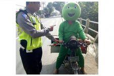 Penjual bakso tusuk berkostum unik ini ditegur polisi, salah apa ya?