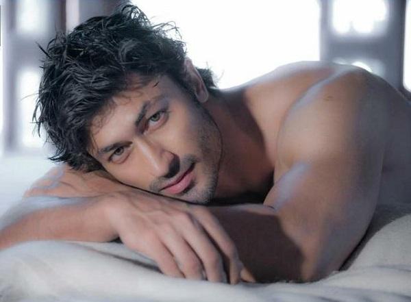 Pose tiduran, 10 aktor Bollywood ini bikin fans susah fokus