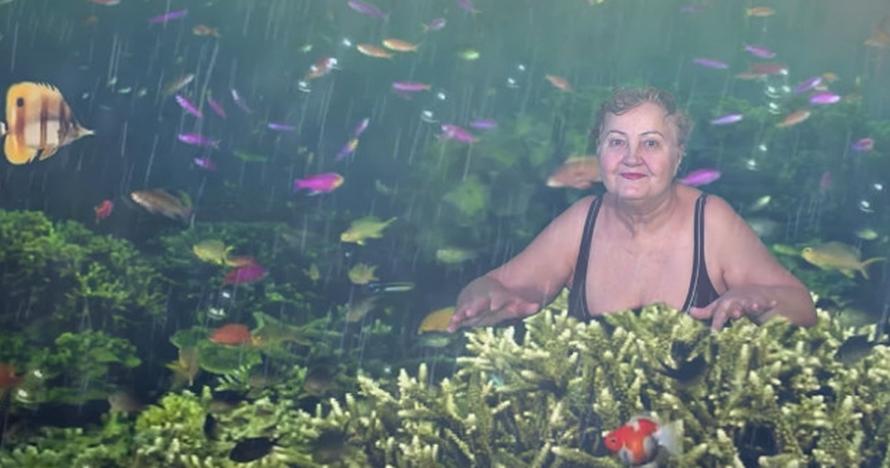 Nenek ini belajar gunakan green screen, hasil videonya keren parah
