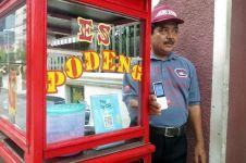 Beli es podeng di pedagang ini bayar lewat aplikasi ponsel, canggih!