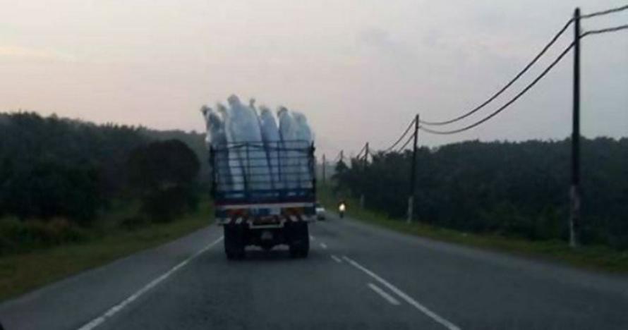6 Foto penampakan di truk ini bikin gagal paham, jadi merinding ya