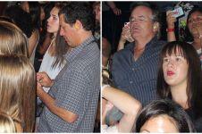 10 Potret orangtua saat temani putrinya konser, bikin tawamu tertahan