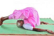 Jadi instruktur yoga, nenek 98 tahun ini punya tubuh lentur bak karet