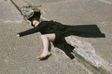 8 Foto lucu saat model  berpose di tempat-tempat nyeleneh