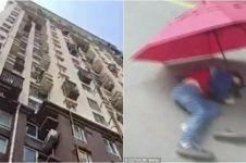 Tiru adegan film kartun, bocah ini terjun dari lantai 10 pakai payung