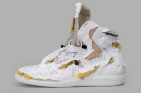 Sepatu sneakers robek-robek ini harganya setara motor matic, wow!