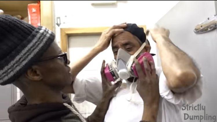 Ini alasan para chef gunakan masker saat bikin menu kari, kenapa ya?