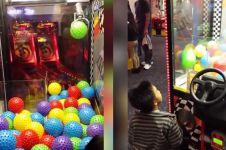 Nasib bocah yang bermain mesin bola ini benar-benar di luar dugaan