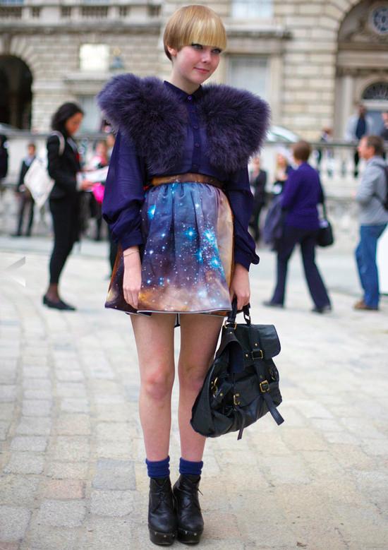 10 Padu padan motif galaksi ini bikin tampilan fashionable