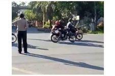 Alasan polisi di video ini hentikan lalu lintas nggak terduga banget