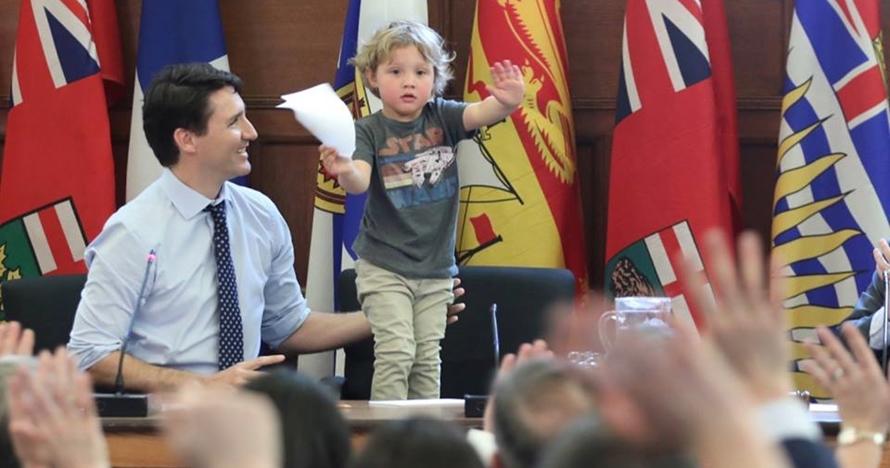 5 Foto Justin Trudeau kerja sambil asuh anak ini bikin cewek meleleh