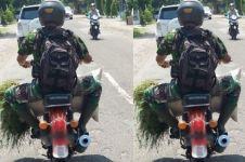 Potret anggota TNI bawa rumput pakai motor butut ini bersahaja banget