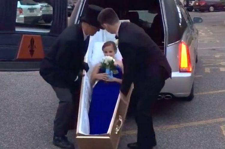 Ingin tampil beda, gadis ini malah ikut pesta prom dengan peti mati