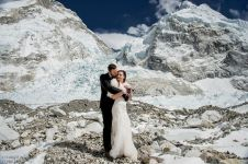 Pasangan ini menikah di puncak Everest setelah mendaki 3 minggu