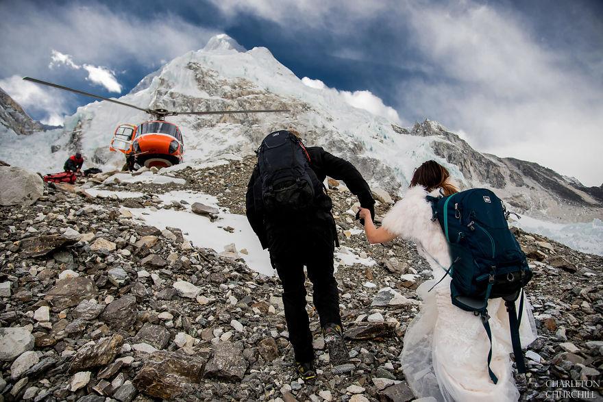 menikah di puncak Everest © 2017 Boredpanda