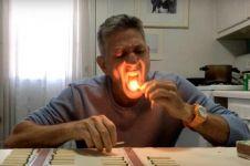 Pria ini luar biasa, pecahkan rekor padamkan korek api pakai lidah